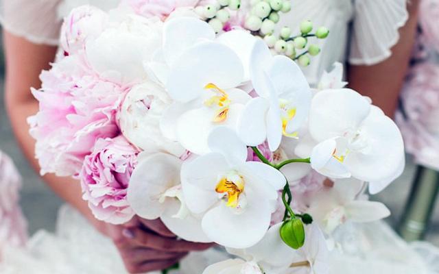 Букет из пионов и орхидей