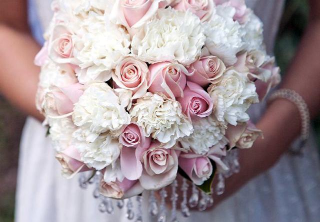 Свадебный букет из роз с дополнениями