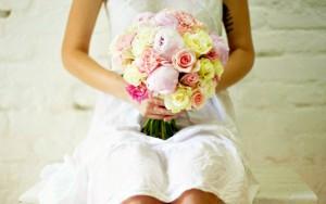 Свадебный букет-шар с розовыми пионами