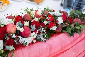 Красные яблоки на кожаной свадьбе