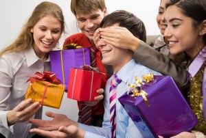 Как вручить подарок мужчине?