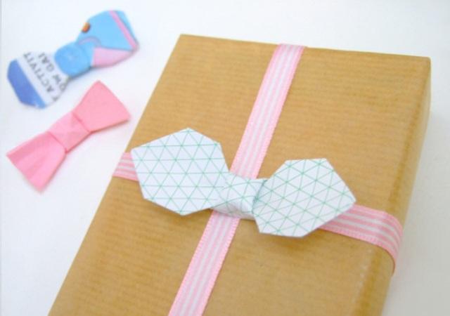 Украшение на упаковке подарка на 23 февраля