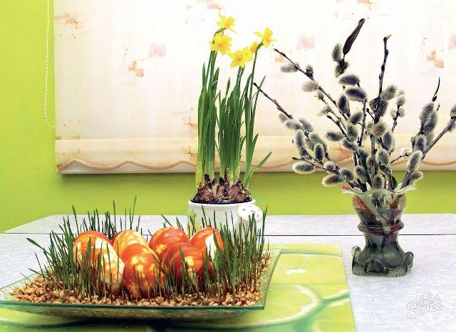 Крашенные яйца на зелени