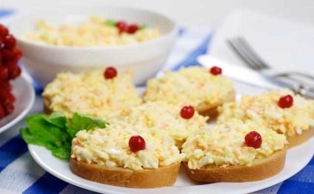 Яйца с сыром и чесноком