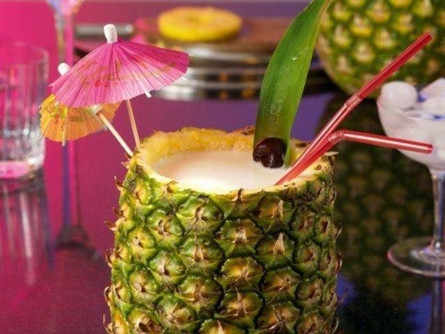 Коктейль «Пина Колада» в ананасе