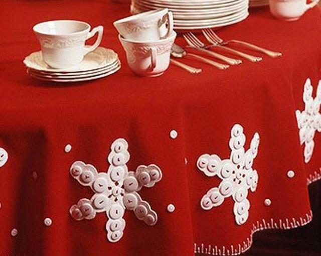 Красивая сервировка новогоднего стола: стелим скатерть