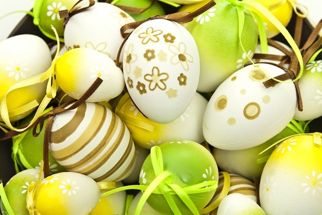 Красят на Пасху яйца