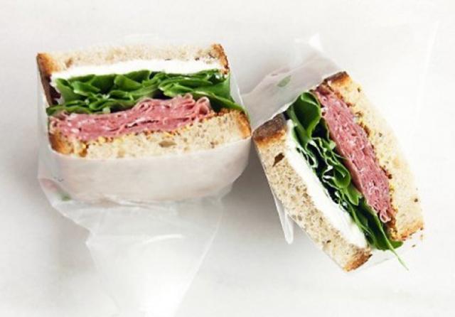 Бутерброд с творогом и салями