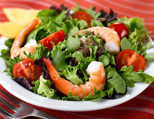 Листья салата с соленым творогом и креветками