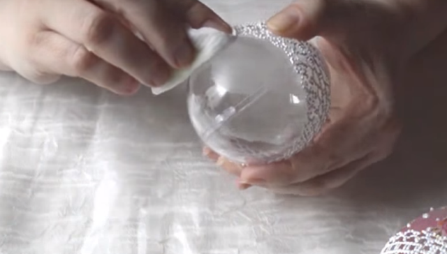 Обрабатываем свободные от прозрачных кружев половинки жидкостью для снятия лака. Так они примут матовый цвет, который будет отличаться от основы узора.