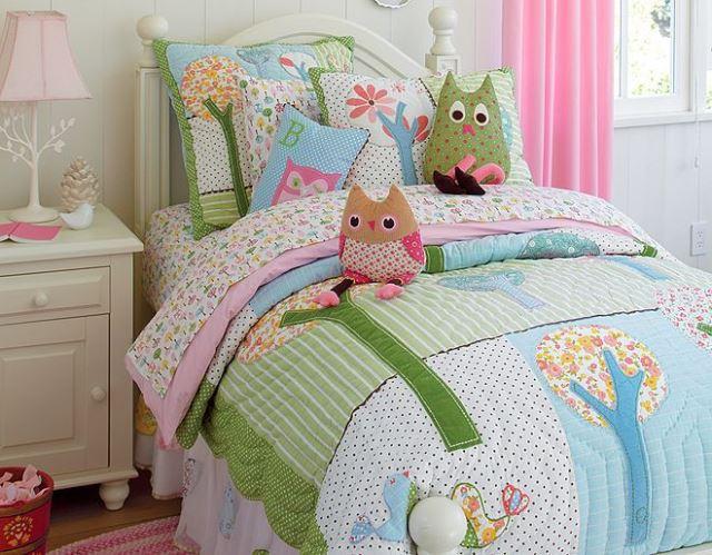 Покрывало и необычные подушки