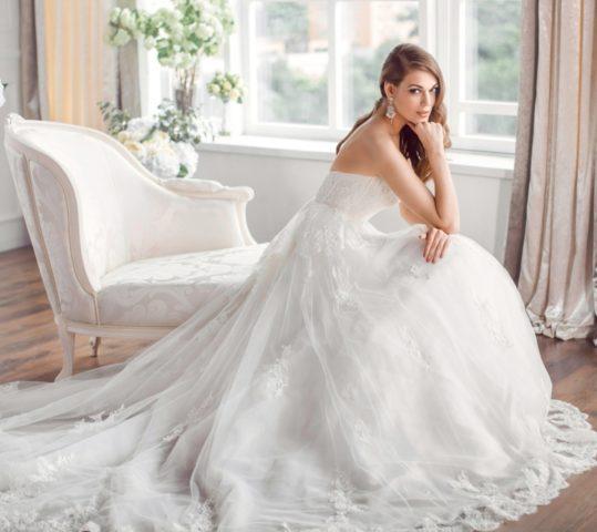 Свадебные платья 2018: модные тенденции для беременных и полных