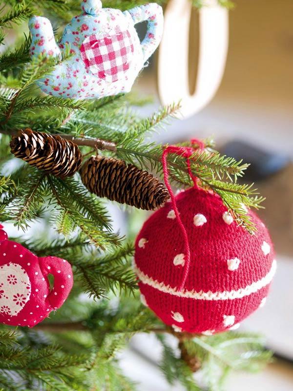 Как сделать вязаные украшения и подарки на Новый год своими руками
