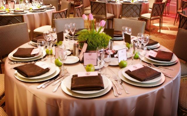 Сервировка стола в коричневой гамме