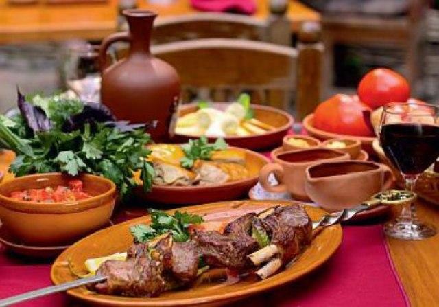 Мясо и вино в грузинском ресторане на кожаной свадьбе