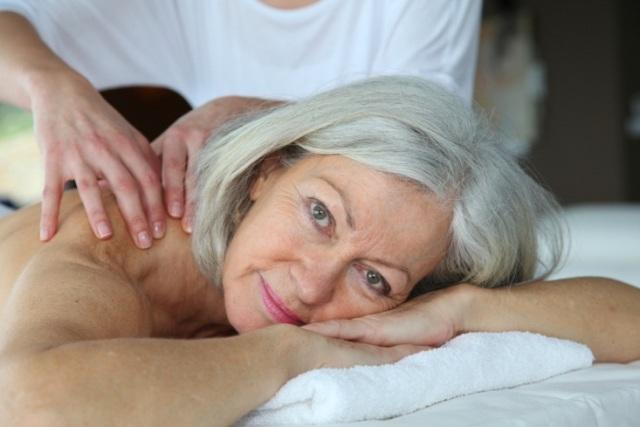 Женщина на сеансе массажа