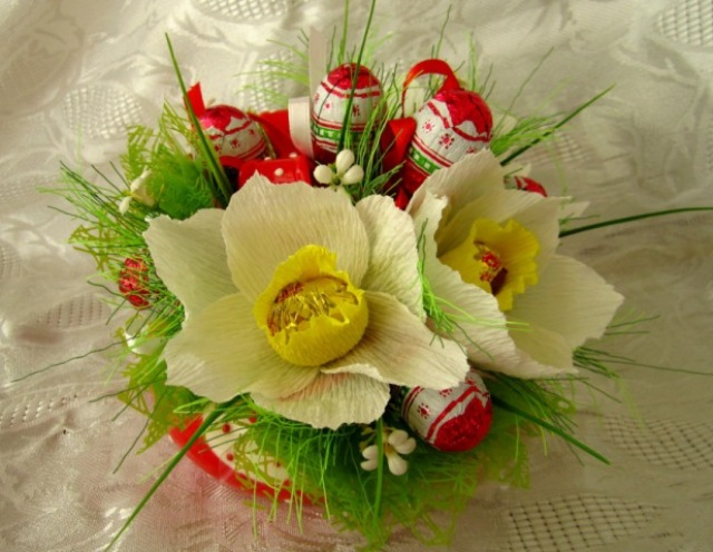 Цветы из конфет на Пасху
