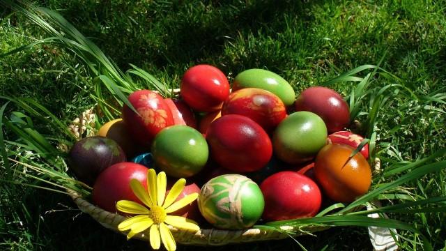 Крашеные яйца в пасхальной корзинке