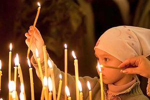 Прихожане со свечами на Пасху
