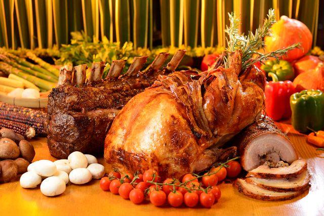 Стол с мясными блюдами