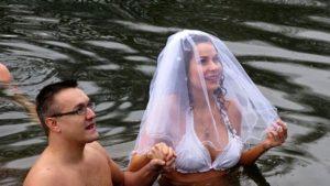 Окунание в воду на свадьбе