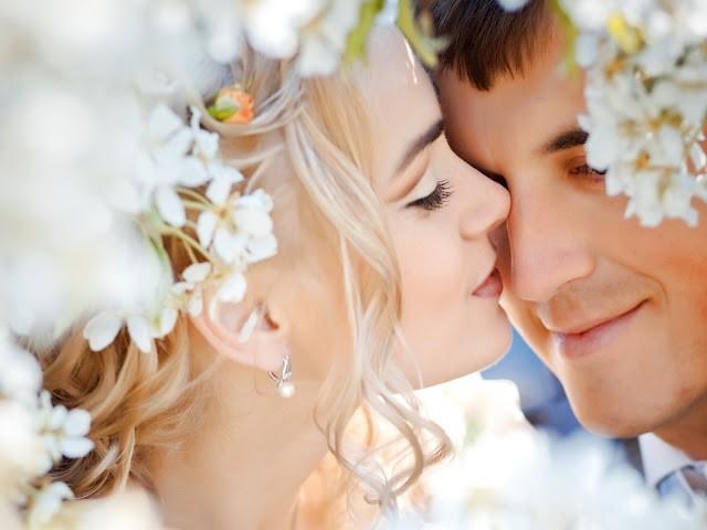 Супруги под белой тканью