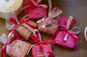 Как вручить подарки для гостей на память на свадьбе?