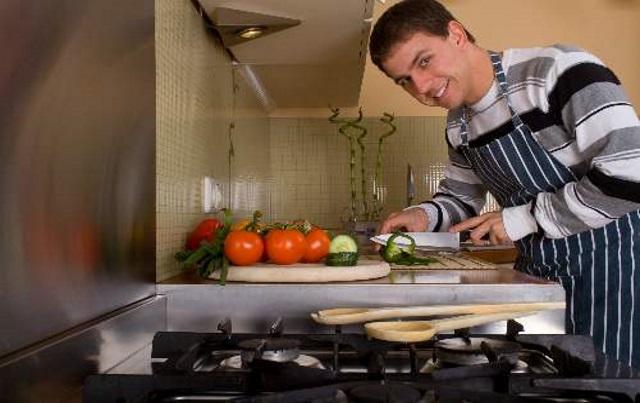 мужчина повар на новогодней кухне