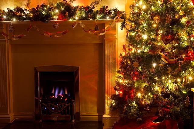 в новогоднюю ночь советуют поддерживать огонь в камине.
