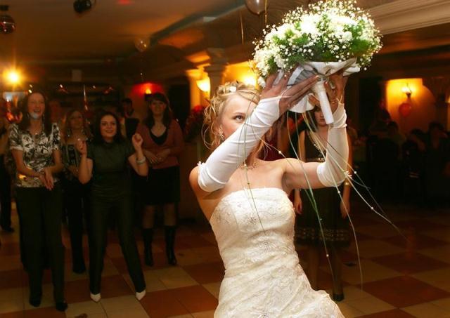 Бросать свадебный букет