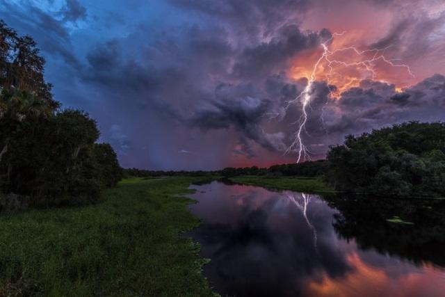 Молния на закате