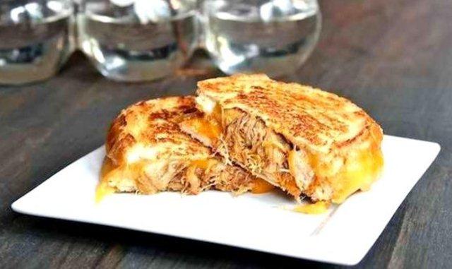 Горячий бутерброд с сыром и мясом