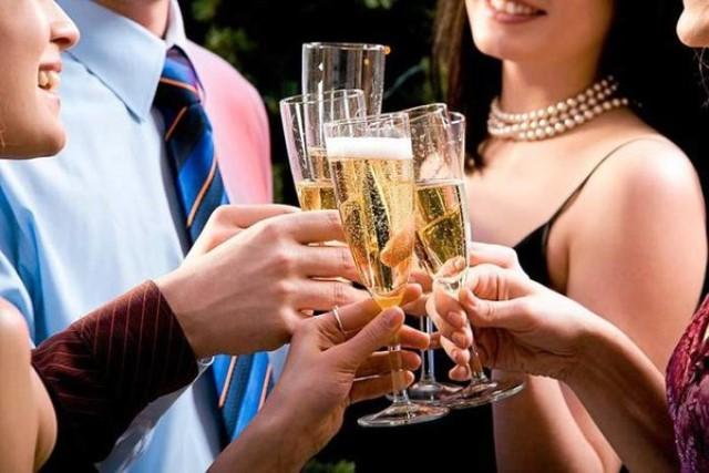 Пить шампанское в ЗАГСе