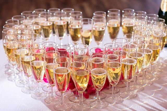 b0096329f825fe2329b4a5bf7b1eb7e8_vin-honneur-mariage1-w-800 Как украсить свадебное шампанское своими руками лентами: мастер класс, идеи, фото