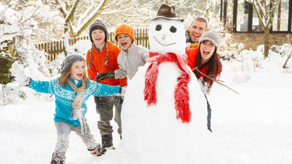 С детьми игры зимой