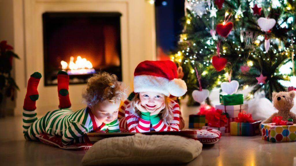 Дети в пижамах под елочкой