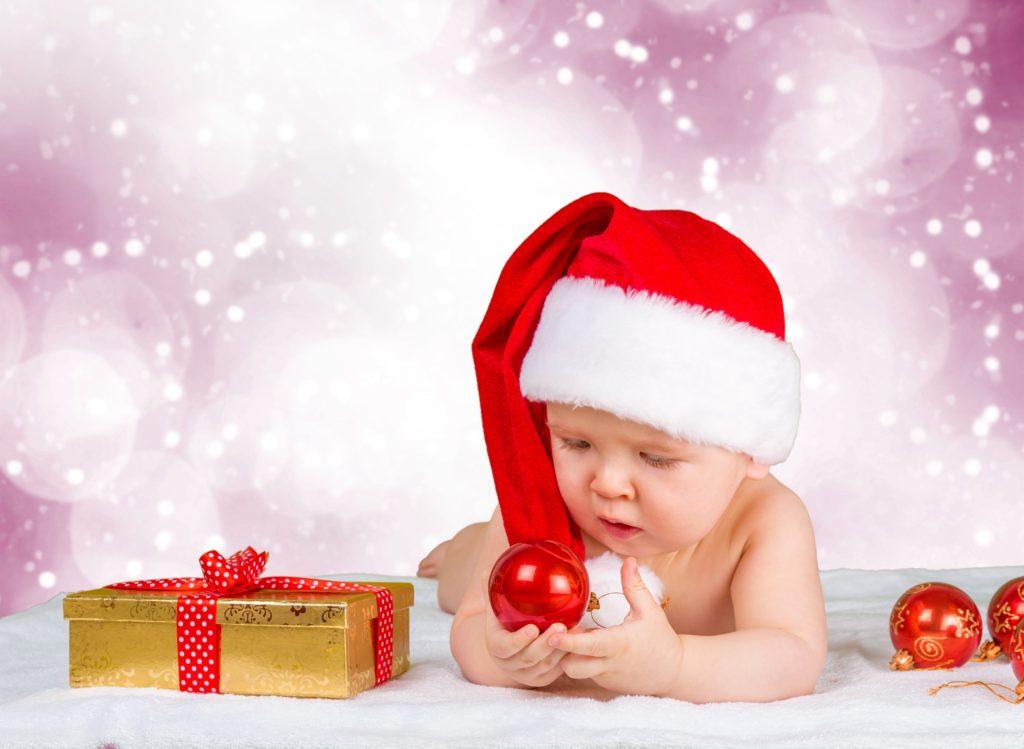 Новогодняя игрушка и малыш